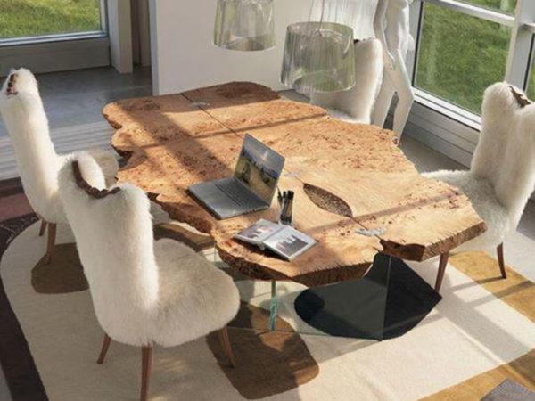 Стол из натуральной древесины отлично вписывается в рамки экологичного интерьера